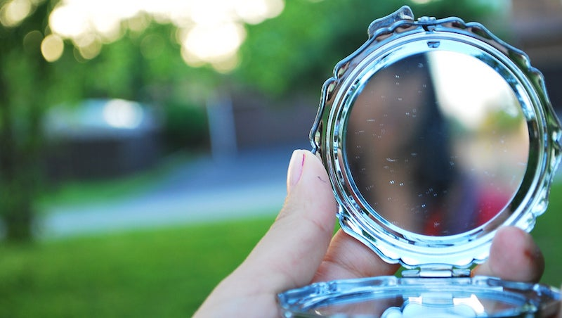 Turn Old Compacts Into A Stylish DIY Wall Mirror