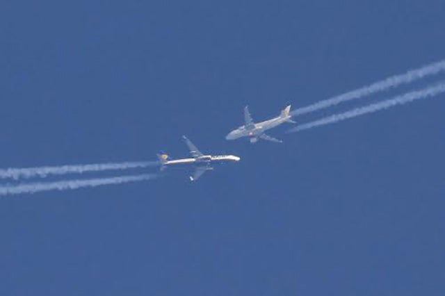 These two airliners look like they're about to crash in this lucky shot