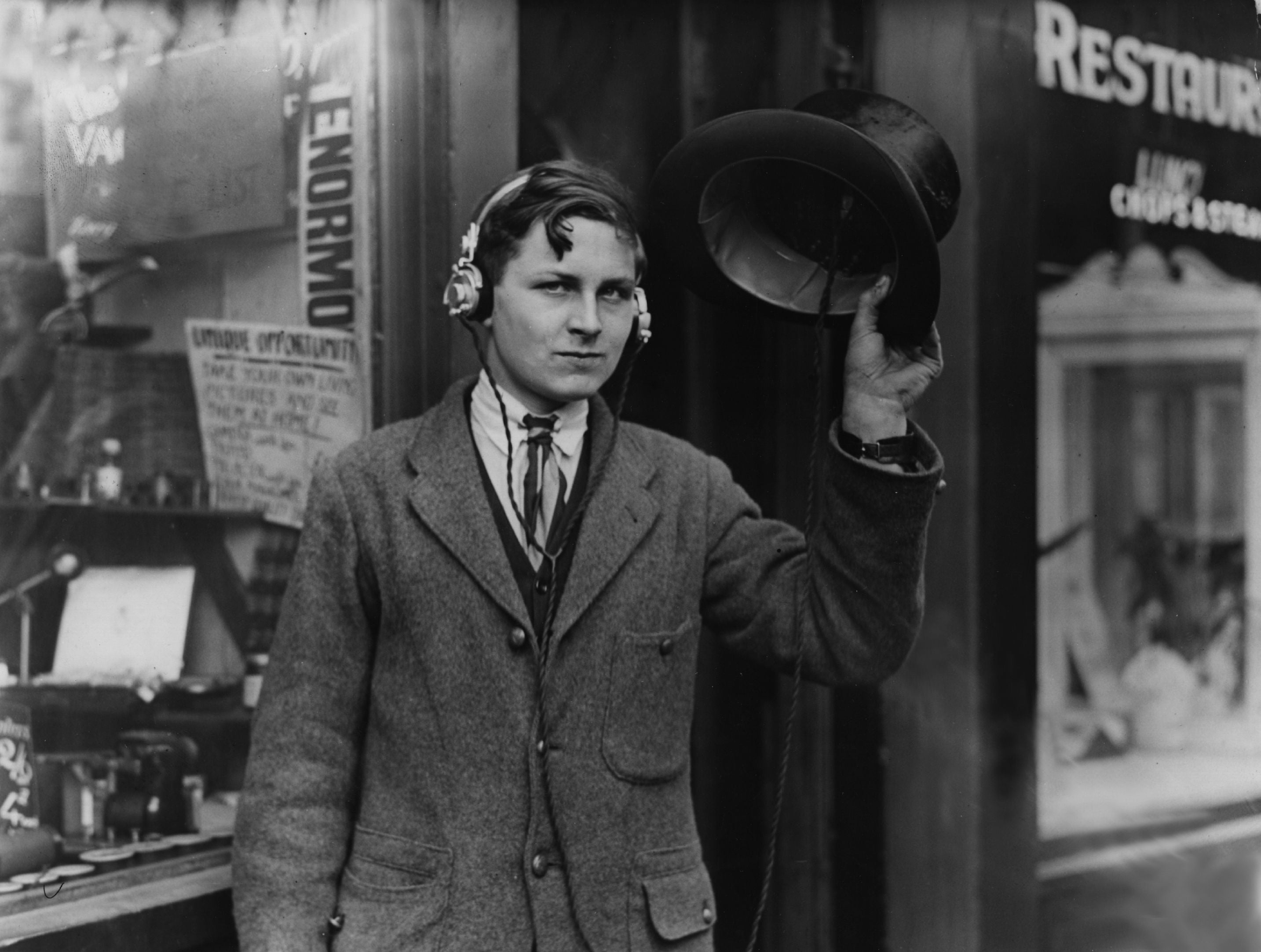 Wearable Tech In 1922 Was a Radio Inside Your Top Hat