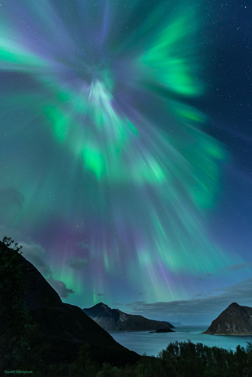 Amazing wormhole opens in Norway — or maybe it's just an aurora