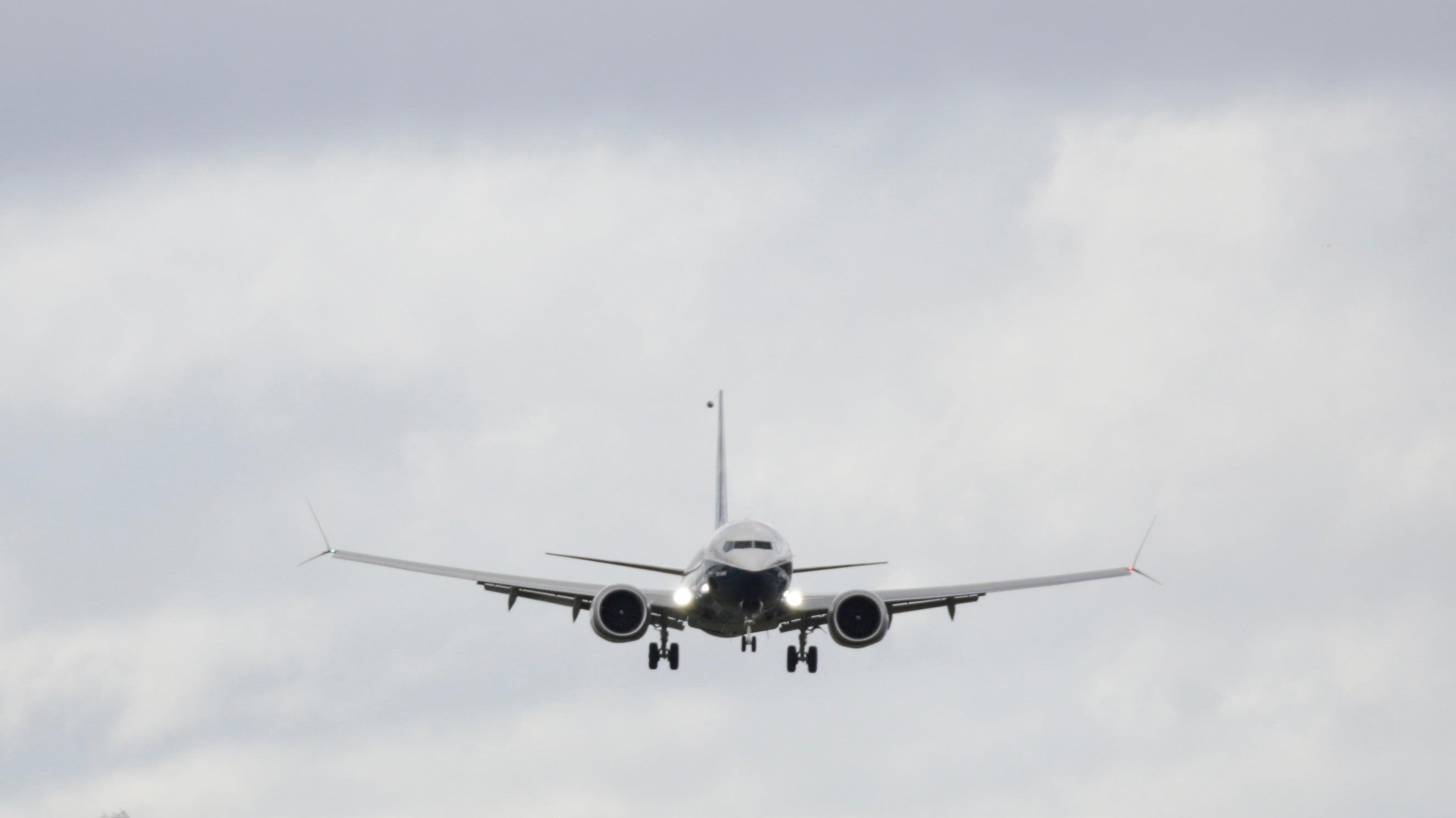 Vaping Pilot Trying To Hide E-Cig Cloud Accidentally Sends Passenger Flight Plummeting