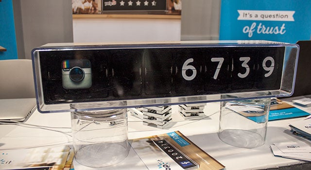 FlapIt Is an Analogue Ticker for the Social Media Obsessed