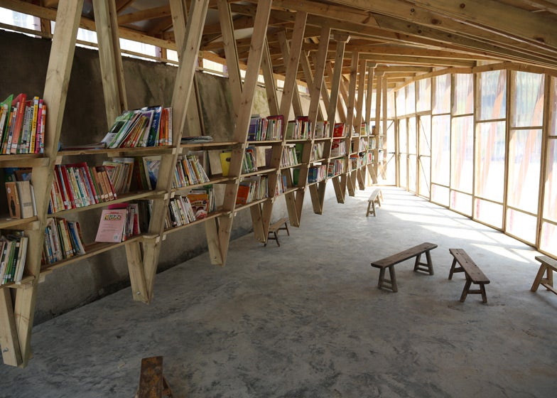 The roof of this sloped library doubles as an awesome - Cerchas de madera ...