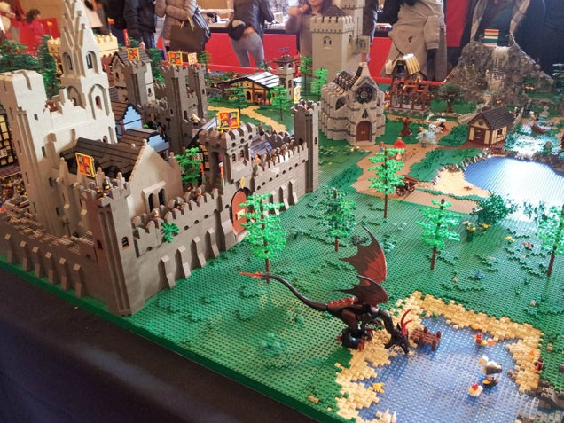 LEGO Westeros Has A Lot Of White Bricks (And A Peeing Tyrion)