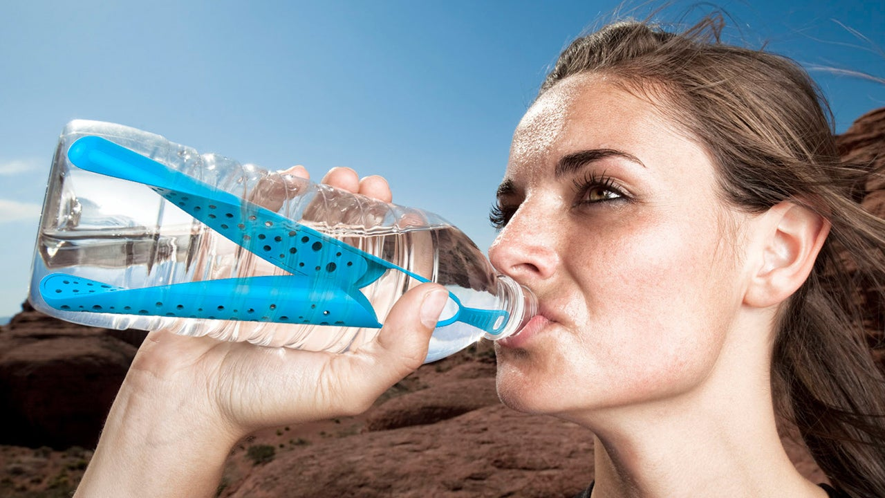 A Slim Filter That Purifies Water Bottles From the Inside