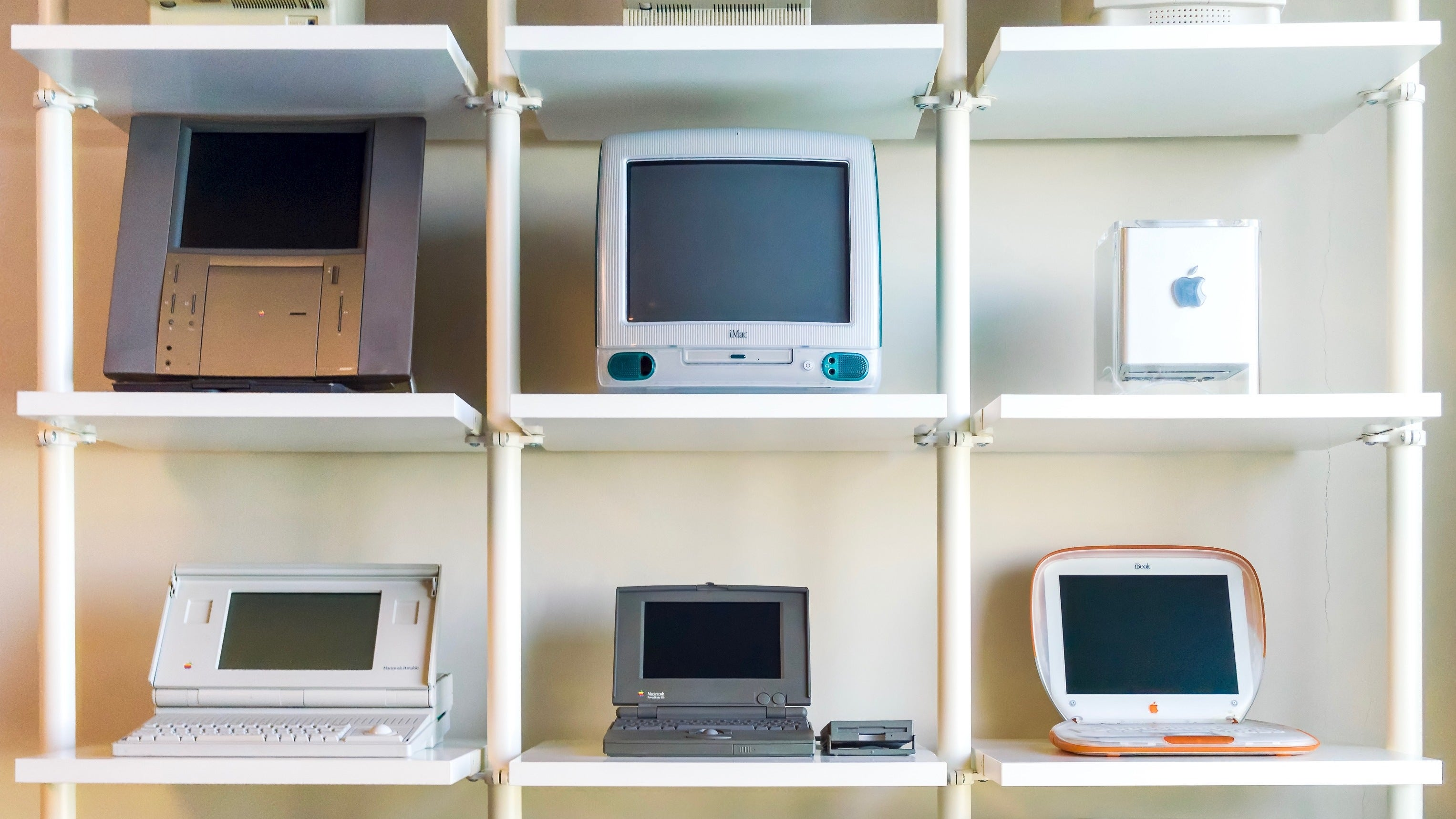 Jimmy je veľkým zberateľom, takto nejako vyzerá jeho súkromná zbierka Macov - svetapple.sk